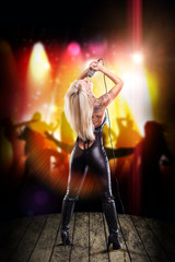 Rockmusikerin auf der Bühne