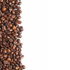 Granos de café sobre un fondo blanco.