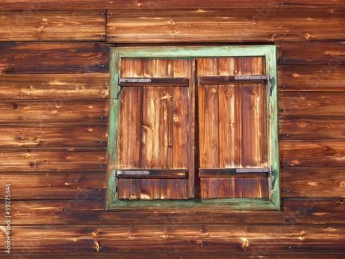 altes holzfenster in der urigen schih tte stockfotos und lizenzfreie bilder auf. Black Bedroom Furniture Sets. Home Design Ideas