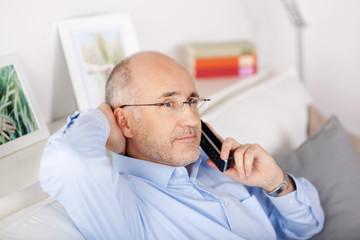 nachdenklicher mann am telefon