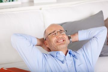 lächelnder mann entspannt zu hause