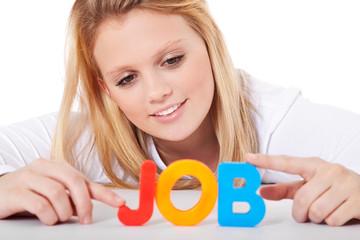 Junge Frau bildet das Wort Job