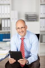 lässiger geschäftsmann mit tablet-computer im büro