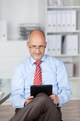 kaufmann liest am tablet-computer
