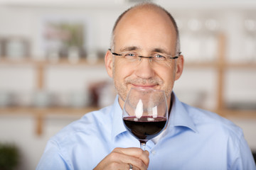 mann genießt ein glas rotwein