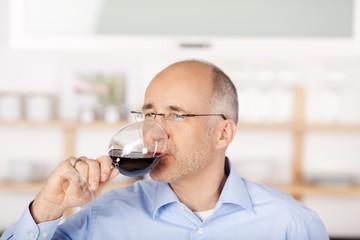 mann trinkt rotwein