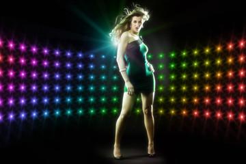 schöne junge Frau tanzt in Disco Party