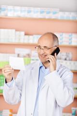 freundlicher apotheker mit rezept und telefon