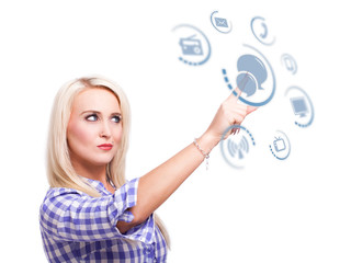 junge blonde Frau wählt Chat als Kommunikaitionskanal aus