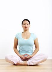 Frau in Meditationshaltung, Hände auf dem Schoß
