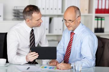 ein team im büro arbeitet mit tablet-computer
