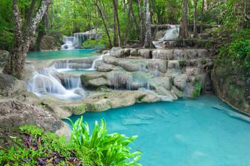 Fototapeta premium Błękitna strumień woda w Erawan siklawy narodu parku Tajlandia