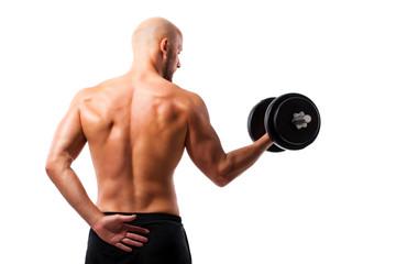 Sportler beim Hanteltraining, mit dem Rücken zur Kamera