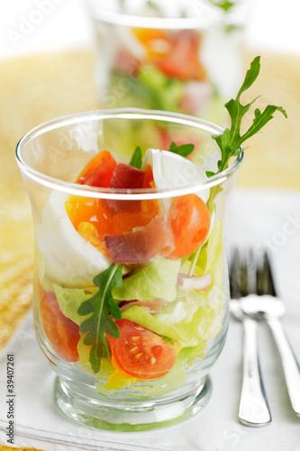 Weich gekochtes ei im glas mit schinken und salat stockfotos und lizenzfreie bilder auf - L ei weich kochen ...