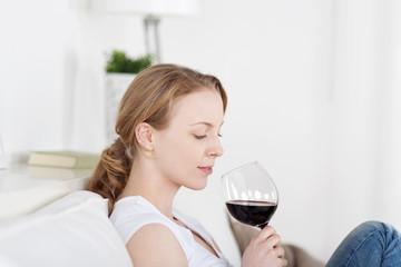 schöne junge frau genießt ein glas rotwein
