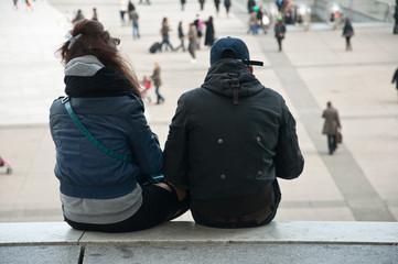 couple admirant la vue sur les marches de lé défense à Paris
