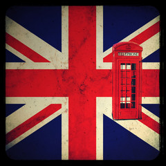 Bandiera inglese con cabina telefonica rossa