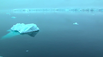 Fototapete - track past ice floe in antarctic ocean