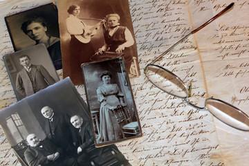 Alter Brief (1857) mit alten Fotos und Brille