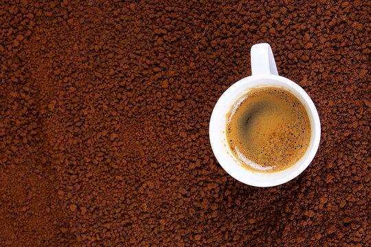 tasse de café crême instantané sur lit de café soluble