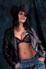femme au chapeau,jeans et cuir