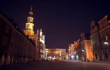 Ratusz i kamienice nocą na Starym Rynku w Poznaniu