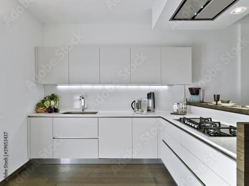 Moderna Cucina In Laminato Bianco E Pavimento Di Legno Stock Photo