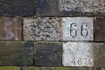 Alte Mauer mit Hausnummer