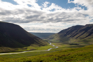 rzeka w dolinie