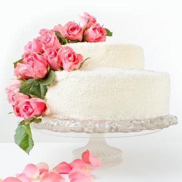 Hochzeitstorte dekoriert mit echten Rosen