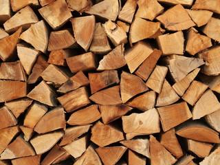 Holzscheite als Brennholz übereinander gestapelt