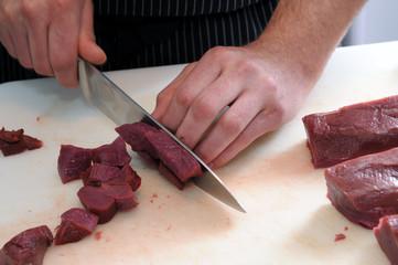 Der Koch bei der Arbeit - Wild, Fleisch schneiden, Portionieren