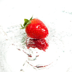 Poster Eclaboussures d eau Fresh strawberry in water splash