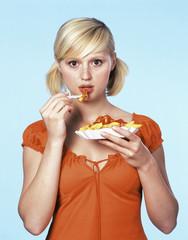 Frau isst Pommes