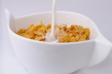 Fototapeta płatki kukurydziane polane mlekiem obraz