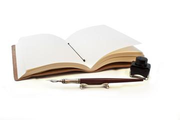 Buch mit Füller und Tusche