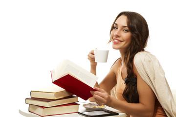 glückliche frau mit kaffee und büchern