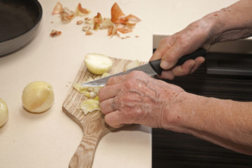 hands of old woman at cutting of bulb