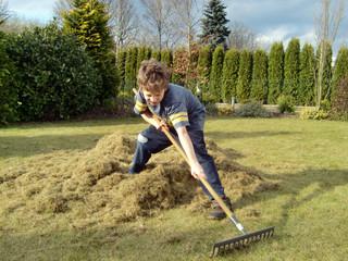 Kleiner Junge bei der Gartenarbeit