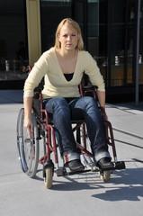 Rollstuhlfahrerin auf Steigung