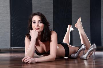 Junge hübsche Frau sexy am Boden mit High Hells