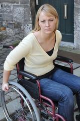 Rollstuhl an Bordsteinkante