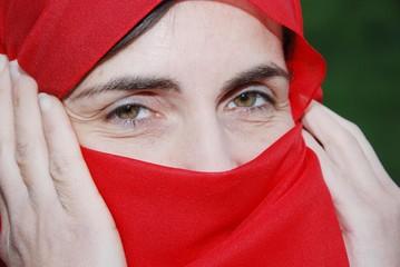 donna con volto coperto da velo rosso