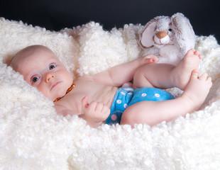 bébé et son petit lapin en peluche