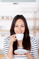 junge lächelnde frau mit kaffeetasse