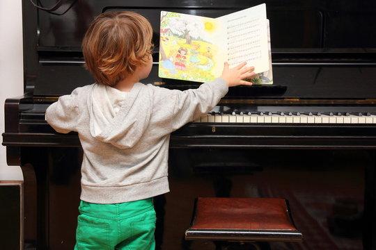 Junge am Klavier