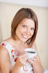 portrait einer schönen jungen frau mit kaffee