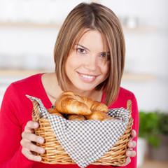 junge frau mit frischen croissants