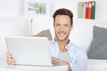 portrait junger mann mit laptop