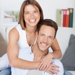 ein glückliches junges paar zu hause
